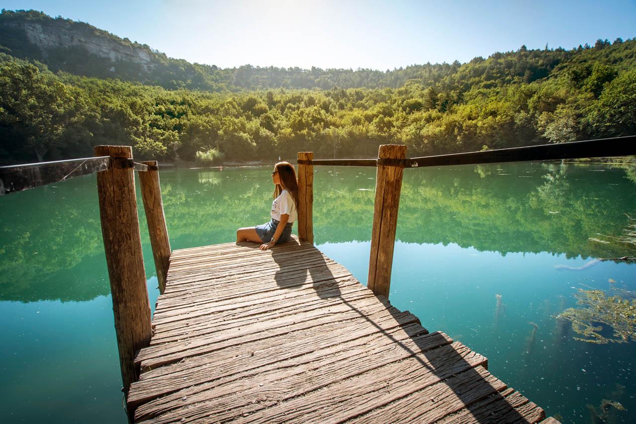 ragazza sul lago paesaggio naturale sostenibilità ambientale wide open coworking abruzzo